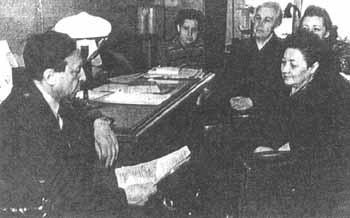 В.А. Каверин на кафедре у З.В. Ермольевой. 1960-е гг.